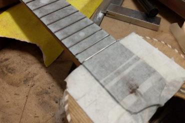 Das Griffbrett der Wunderkammer-Ukulele verläuft bis zum Schallloch