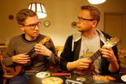 Im Kloster ergab sich die Möglichkeit, seltene Ukulelen von Claus Mohri und Makapili anzuspielen