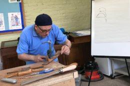 Pete Howlett zeigte, wie in 20 Minuten aus einem Stück Holz ein Hals entsteht