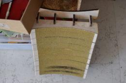 Für viele Arbeitsschritte hat sich Marco kleine Hilfsmittel, so genannte Patagarri, angefertigt. Dieses hilft beim Schleifen seiner spektakulär gebogenen Böden