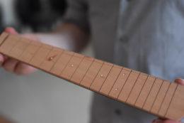 Auch die Schlitze für die Bundstäbchen hat Marco ein Patagarro designt. Viele Antica-Ukulelen zieren Griffbretter aus Birnbaum