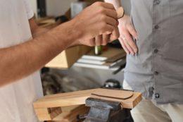 Die Hälse von Marcos Ukulelen entstehen in Handarbeit anstatt mit der CNC-Fräse