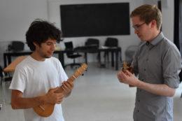 Wenn es die Zeit zulässt, greift Marco selbst zur Ukulele. Klangdemos für seine Instrumente kommen vom Erbauer selbst