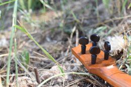 Die filigranen Peghed-Mechaniken mit Ebenholzknöpfen sorgen dafür, dass die Ukulele im zwölften Bund perfekt ausbalanciert ist