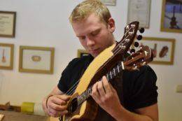 Tom Ziegenspeck mit seinem Meisterstück: eine Harfenukulele aus geflammter Walnuss mit Fichtendecke