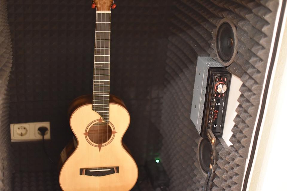 Bevor eine Ukulele die Werkstatt verlässt, wird sie zwölf Stunden mit Musik beschallt