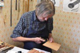 Mein mitgebrachtes Koaholz muss noch ein wenig trocknen, wie Claus feststellt. Sein Favorit ist die streifige Variante (unten im Bild)